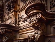 Vänliga träinristade konturer och framsidor i gamla Abbey Floref Royaltyfria Foton