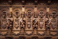 Vänliga träinristade konturer och framsidor i gamla Abbey Floref Arkivbild