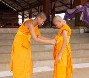 Vänlighet av den buddistiska novisen arkivfoto