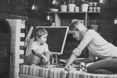 Vänlighet- och utbildningsbegrepp Familjlek med den hemmastadda konstruktörn Mamma- och barnlek med detaljer av konstruktörn Arkivfoto
