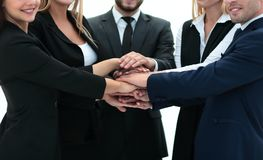 Vänligt affärslag med händer som tillsammans knäppas fast Royaltyfri Fotografi