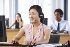 Vänligt kundtjänstmedel In Call Centre arkivfoto