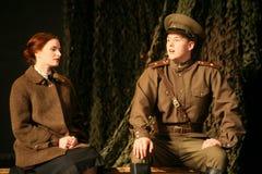 Vänmöte Rysk soldat och hans flickvän Stående av en rysk soldat Royaltyfria Bilder