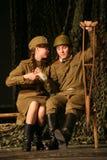 Vänmöte Rysk soldat och hans flickvän Stående av en rysk soldat Arkivbild