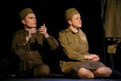 Vänmöte Rysk soldat och hans flickvän Stående av en rysk soldat Arkivfoton