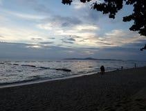 Vännen går på den romantiska långa tysta stranden under härlig himmel Royaltyfria Bilder