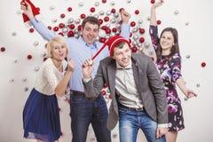 Vänner av fyra män och kvinnor är dansa och skratta ha fu Arkivfoto