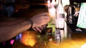 Vänner dricker alkoholiserade skott i nattklubb Mannen betalar pengar för drinkar till uppassaren stock video