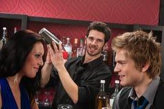 vänner för bartendercoctaildrink som har att uppröra royaltyfri fotografi