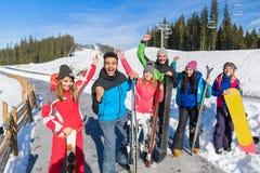Vänner för berg för grupp människorSki And Snowboard Resort Winter snö gladlynta lyckliga le på ferie fotografering för bildbyråer