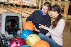 Vänner för bildvisninggrupp som spelar bowling Arkivbild