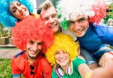 Vänner för fotbollsupporterfans som tar selfie efter fotbollkopp M fotografering för bildbyråer