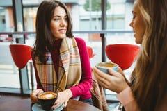 vänner för kaffekopp som har Royaltyfri Bild