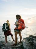 Vänner för unga kvinnor som tillsammans reser arkivbild