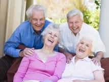 vänner grupperar den avslappnande pensionären tillsammans Royaltyfria Foton