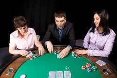 vänner grupperar den leka poker arkivbild