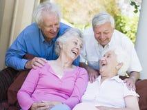 vänner grupperar den skratta pensionären Arkivfoto