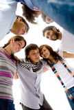 vänner grupperar lyckligt Arkivbild