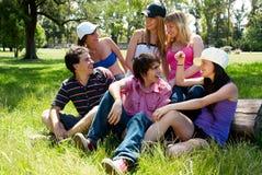 vänner grupperar lyckligt le Fotografering för Bildbyråer