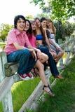 vänner grupperar lyckligt le Royaltyfri Fotografi