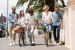 vänner grupperar utomhus- Arkivfoto