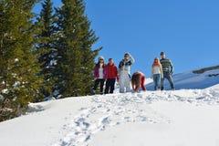 Vänner har gyckel på vintern på ny snö Arkivfoto