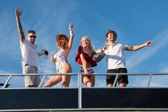 Vänner har gyckel på yachten under den blåa himlen royaltyfria foton