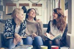Vänner i cafe Bästa vän som tre har rolig konversation arkivbild