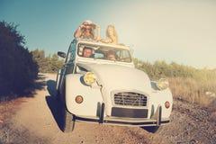 Vänner i en bil Royaltyfria Bilder