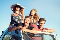 Vänner i en bil Arkivfoto
