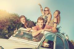 Vänner i en bil Arkivbilder