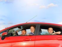 Vänner i en bil royaltyfri fotografi