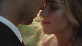 Vänner i ett fält på solnedgången Par som är förälskade mot varandra med stängda ögon lager videofilmer