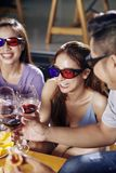 Vänner i exponeringsglas som 3D dricker vin royaltyfri fotografi