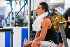 Vänner i idrottshallgenomkörare med konditionutrustning Utbildningsmän Royaltyfri Bild