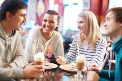 Vänner i kafé Royaltyfri Bild