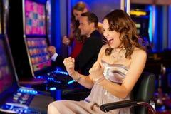 Vänner i kasino Fotografering för Bildbyråer