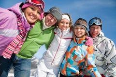 Vänner i vintersemesterort Royaltyfri Foto