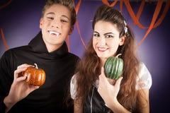 Vänner klär för hallowen Royaltyfria Bilder