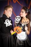 Vänner klär för hallowen Arkivbild