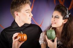 Vänner klär för hallowen Arkivfoto