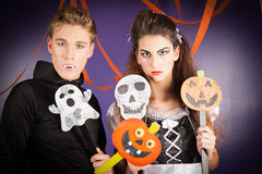 Vänner klär för hallowen Arkivfoton