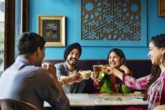 Vänner kopplade av lyckligt kaffemötebegrepp royaltyfria foton
