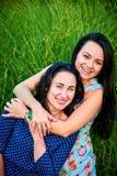 vänner lyckliga två arkivfoton