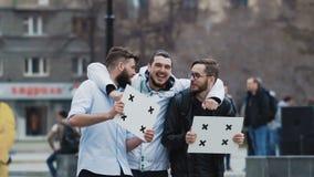 Vänner mötte på samla och att le glatt Förvåna för unga vuxna människor stock video