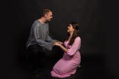 Vänner man och kvinnan Royaltyfria Foton