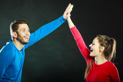 Vänner man och kvinnan som firar ge höjdpunkt fem Arkivfoton