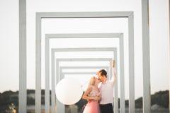 Vänner man och kvinnan som utomhus omfamnar sig Royaltyfri Foto