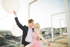 Vänner man och kvinnan som utomhus omfamnar sig Fotografering för Bildbyråer