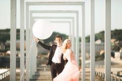 Vänner man och kvinnan som utomhus omfamnar sig Royaltyfria Bilder